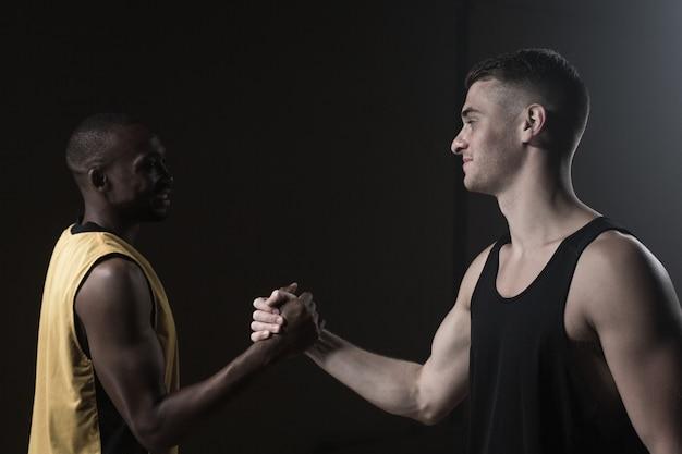 Portret van basketbalspelers handen schudden