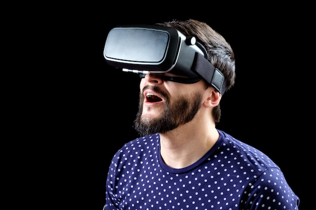 Portret van bebaarde man met virtual reality bril