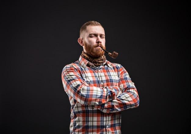 Portret van bebaarde man rokende pijp met loensen oog