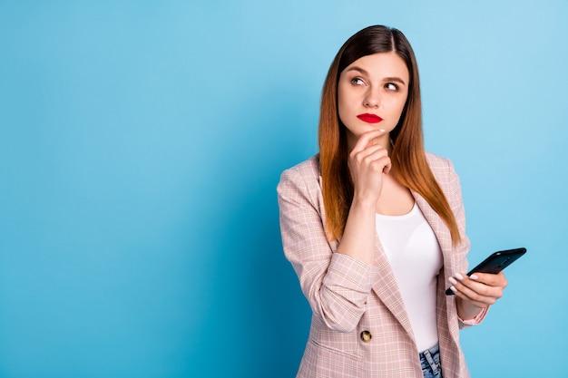 Portret van bedachtzaam peinzend meisje gebruik smartphone look copyspace think