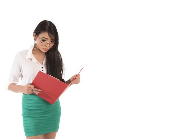 Portret van bedrijfs aziatische vrouw die glazen die en rood dossier in hand bevinden zich waring