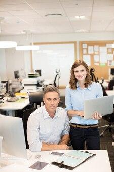 Portret van bedrijfscollega's die in bureau werken