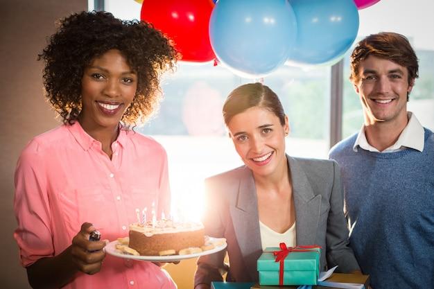 Portret van bedrijfsmensen die verjaardag vieren