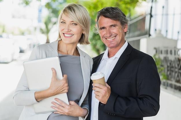 Portret van bedrijfsmensen met koffie en tablet