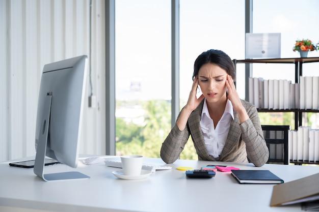 Portret van bedrijfsvrouw in modern bureau