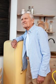 Portret van bejaarde die weg kijkt
