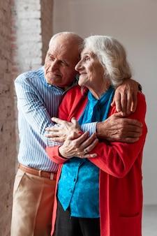 Portret van bejaarde echtpaar in de liefde