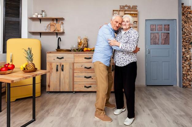 Portret van bejaarde echtpaar knuffelen