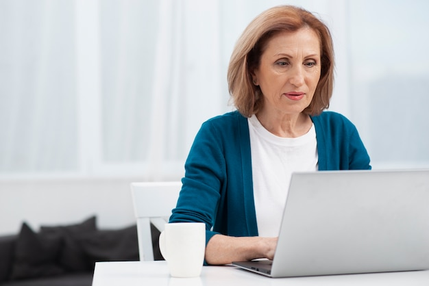 Portret van bejaarde met laptop