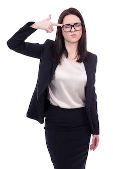 Portret van beklemtoonde jonge zakenvrouw die zelfmoordgebaar toont dat op witte achtergrond wordt geïsoleerd