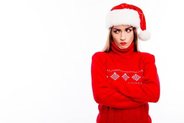 Portret van beledigde trieste vrouw in geïsoleerde kerstmuts