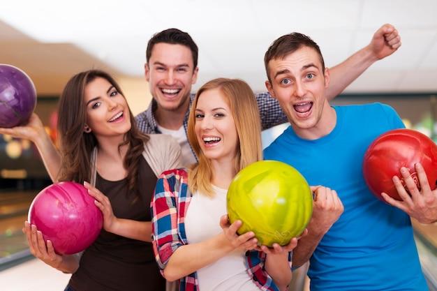 Portret van beste vrienden op de bowlingbaan
