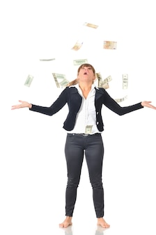 Portret van blanke blanke vrouw jubelend viert succes onder regen geld vallen dollarbiljetten