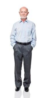 Portret van blanke staande senior geïsoleerd op wit