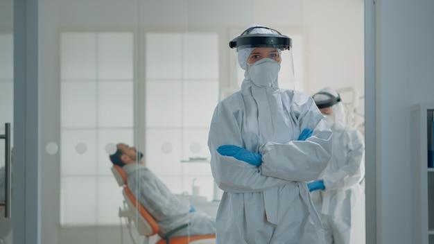 Portret van blanke tandarts voorbereid op tandheelkundige chirurgie