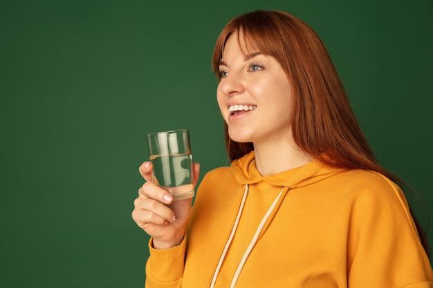 Portret van blanke vrouw geïsoleerd op groen met copyspace