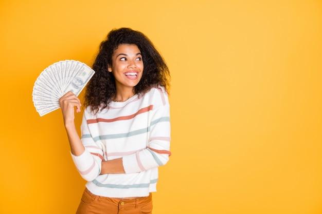 Portret van blij meisje grote som geld in handen te houden