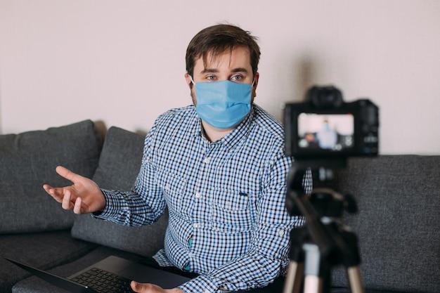 Portret van blogger man video-opname online online influencer vlogger sociale media live streaming concept