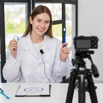 Portret van blogger presenteren tandheelkundige accessoires