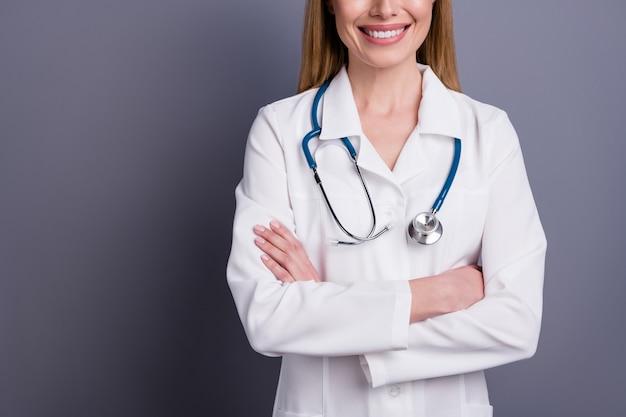 Portret van blond meisje doc ervaren specialist gevouwen armen