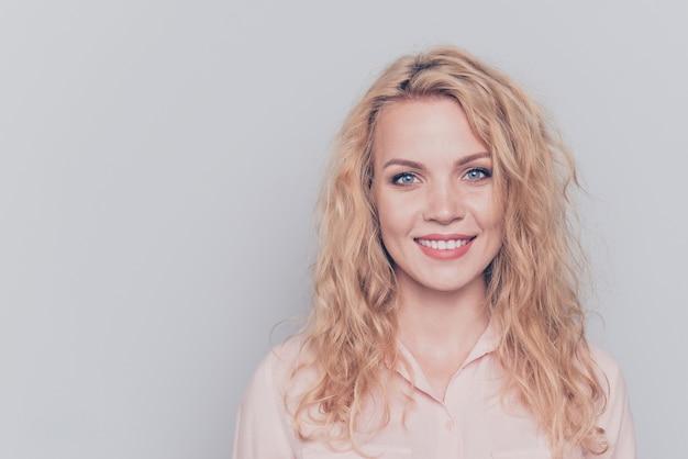 Portret van blond meisje draagt casual shirt geïsoleerd op grijs