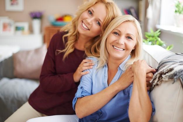 Portret van blonde moeder en dochter thuis