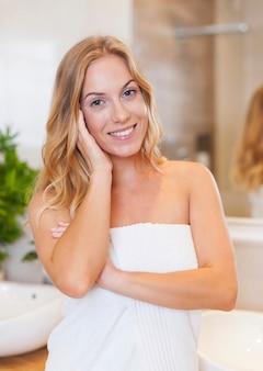 Portret van blonde vrouw na douche