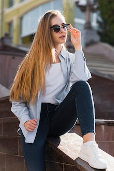 Portret van blondemeisje die zonnebril dragen