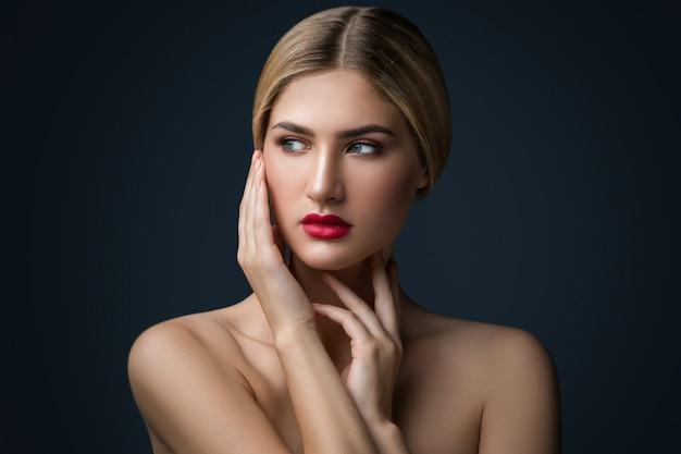 Portret van blondevrouw met rode lippen