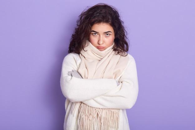 Portret van boos depressief zoet brunette met haar armen over elkaar