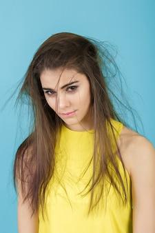 Portret van boos jonge vrouw met lang haar
