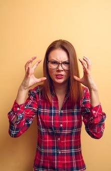Portret van boos meisje in een rood shirt. concept. flash
