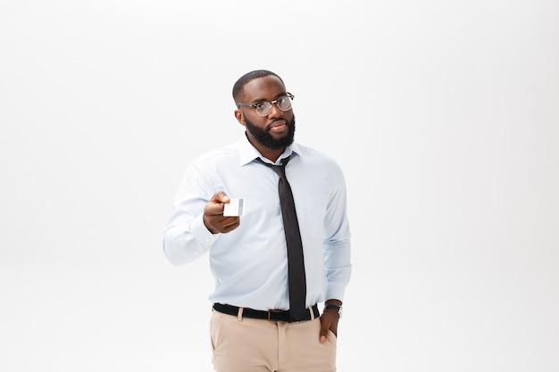 Portret van boos of geërgerd jonge african american man in witte polo shirt kijken naar de camera met ontstemde expressie.