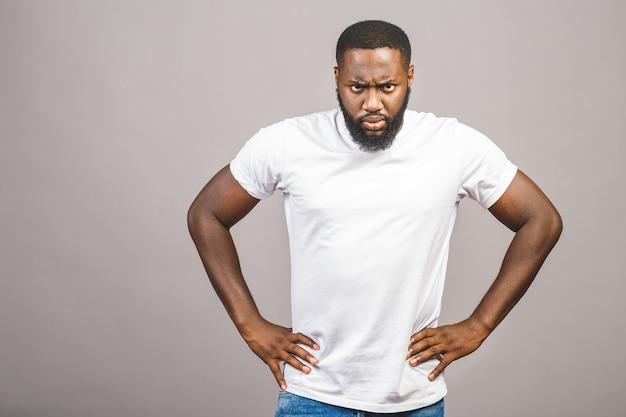 Portret van boos of geërgerd jonge afro-amerikaanse man in casual kijken naar de camera met ontevreden uitdrukking. negatieve menselijke uitdrukkingen, emoties, gevoelens. lichaamstaal