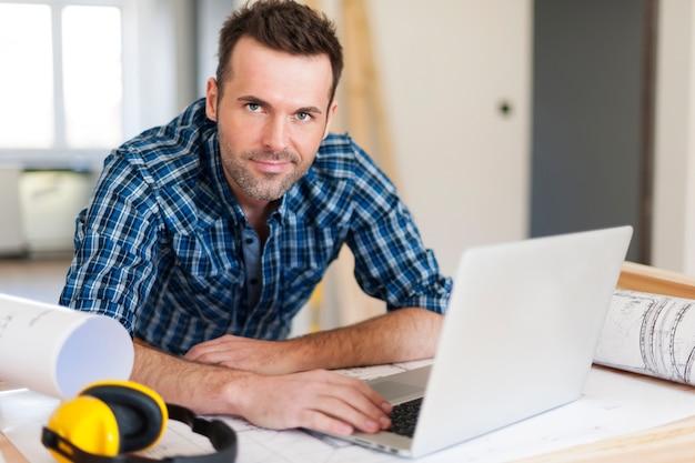 Portret van bouwvakker op het werk