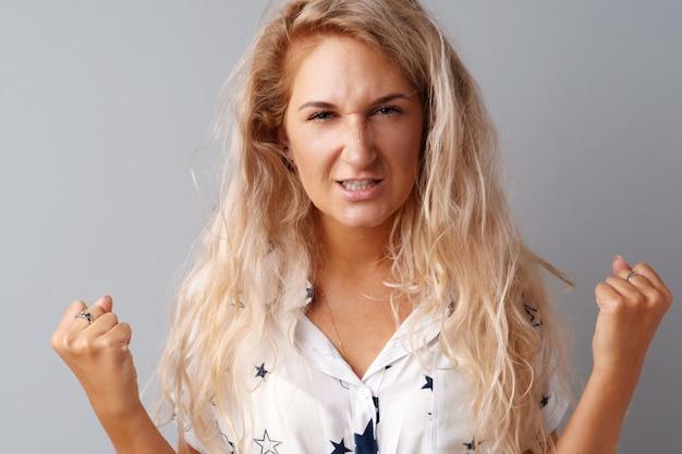 Portret van boze geïrriteerde jonge vrouw