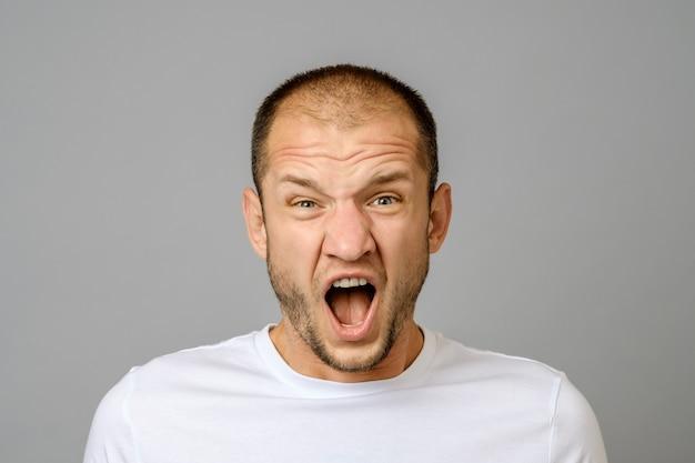 Portret van boze gillende jonge man