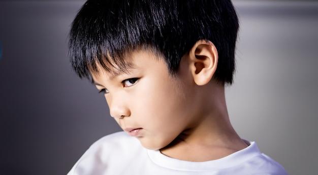 Portret van boze lastige jongen die camera bekijkt