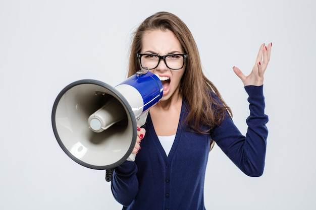 Portret van boze vrouw schreeuwen in megafoon geïsoleerd op een witte achtergrond
