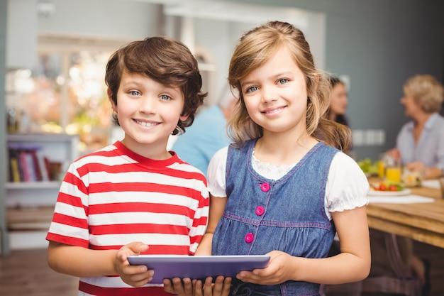 Portret van broer en zus met behulp van digitale tablet