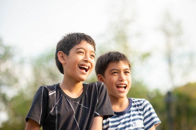 Portret van broer of zus jongen met blij gezicht