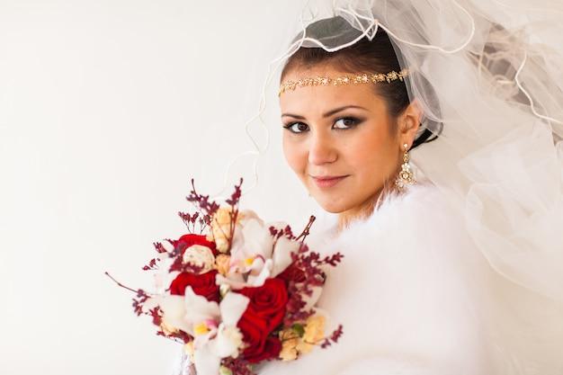 Portret van bruid met het bloemboeket in wintertijd