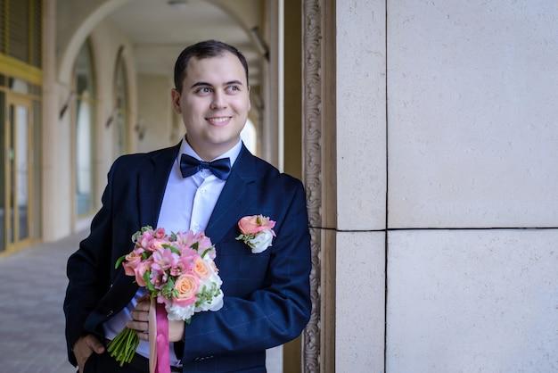 Portret van bruidegom met bruiloft boeket