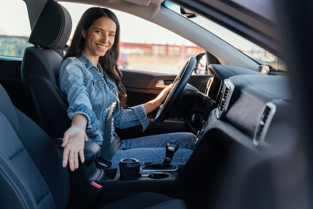 Portret van brunette vrouw in haar auto