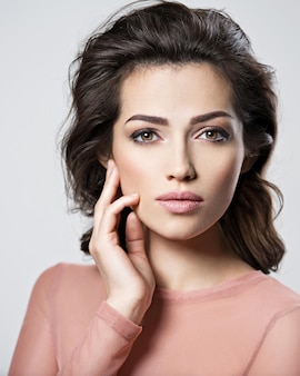 Portret van brunette vrouw met mooi lang bruin haar. vrij jong volwassen meisje poseren close-up aantrekkelijk vrouwelijk gezicht.