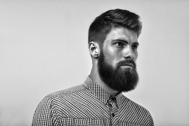 Portret van brute bebaarde man