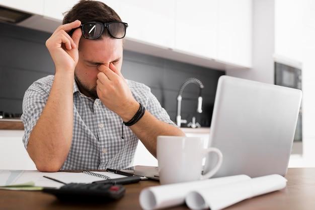 Portret van casual man moe van het werk