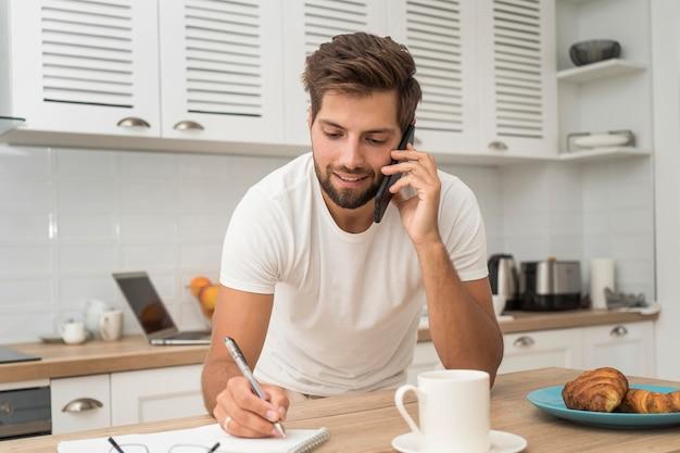 Portret van casual man werken vanuit huis