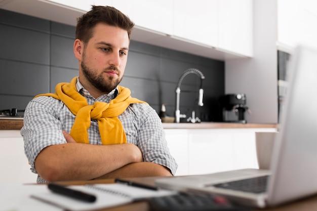 Portret van casual mannelijke videoconferenties