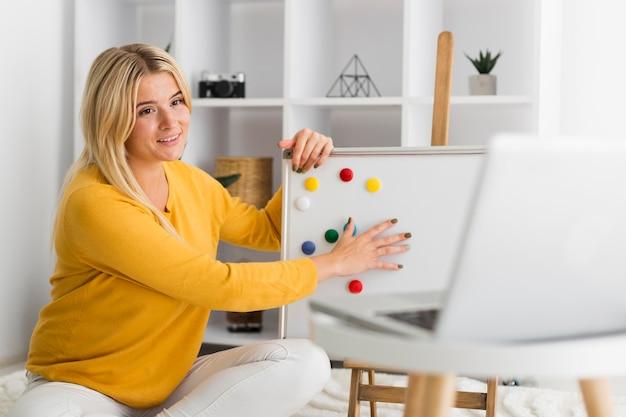 Portret van casual vrouw die vanuit huis werkt